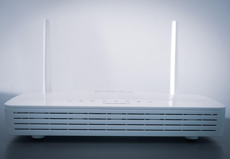 Das Bild zeigt einen Router von vorne. Bild: Unsplash/Compare Fibre