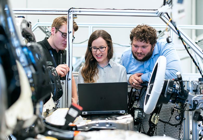 Es sind drei Kollegen in der Entwicklung zu sehen. Die Cybersicherheitsstrategie 2021 soll für Sicherheit in der Industrie sorgen. Bild: Pexels / ThisIsEngineering