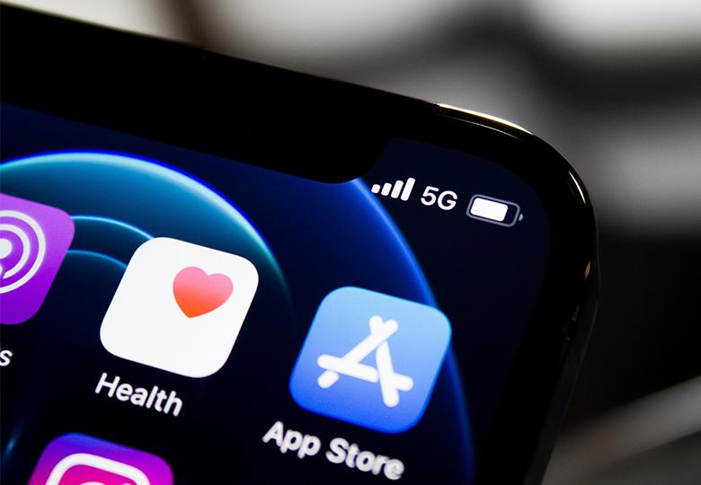 Zu sehen ist ein Smartphone mit 5G. Bild: Unsplash/James Yarema