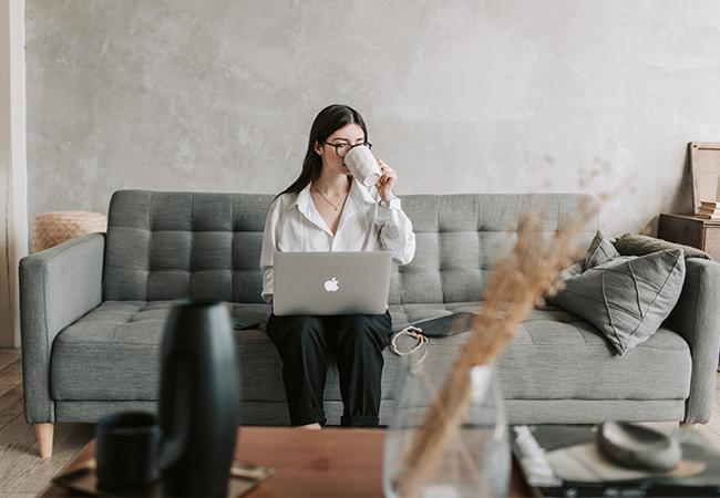 Eine Frau arbeitet im Home Office. Dieses hat neue Herausforderungen für die Netzwerksicherheit gebracht. Bild: Pexels/Vlada Karpovich