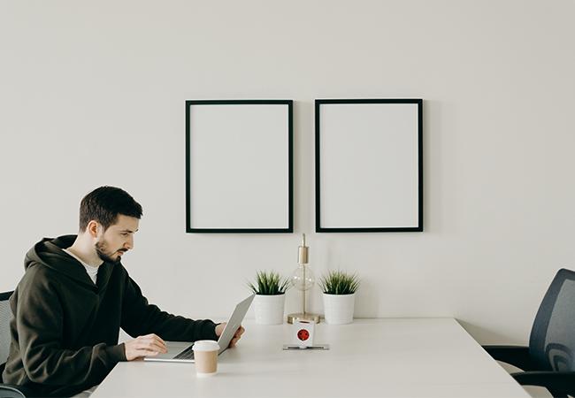 Ein Mann arbeitet am Laptop Remote in einem Coworking Space. Ist die Netzwerksicherheit dadurch in Gefahr? Bild: Pexels/cottonbro