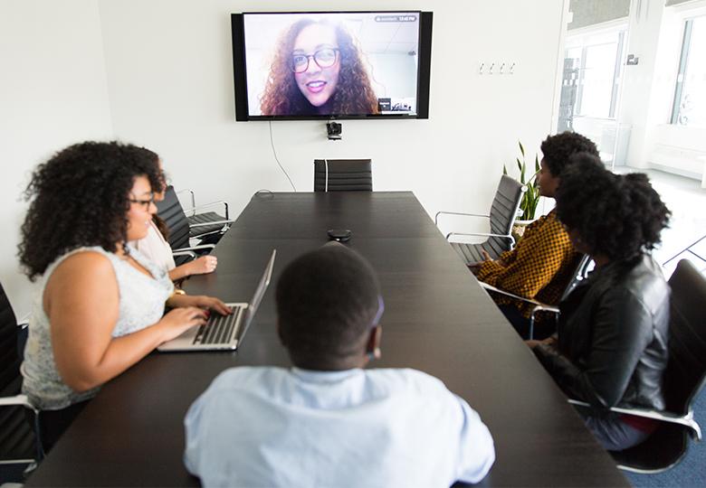 Zu sehen ist ein Meeting-Raum, in dem eine hybride Konferenz stattfindet. Bild: Pexels/Christina Morillo